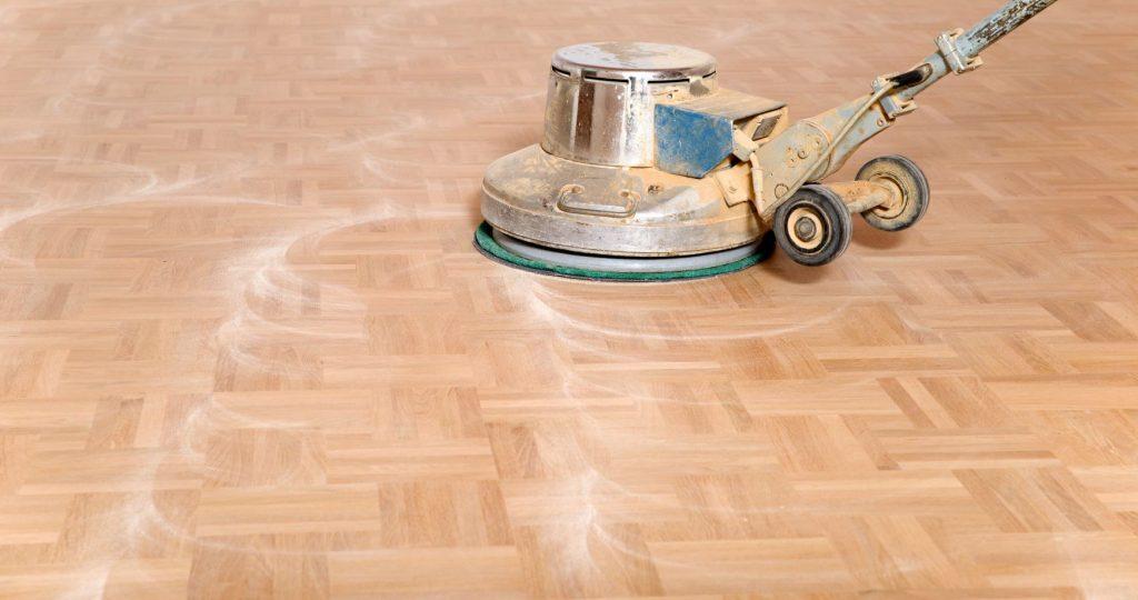 Slipa golv med maskin