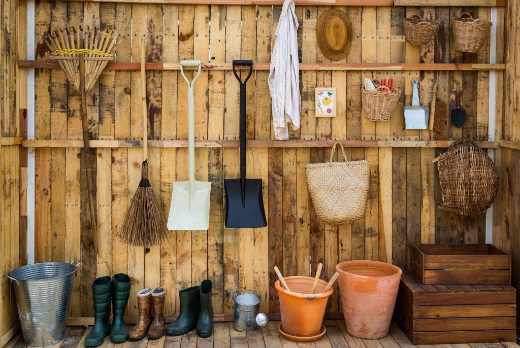 Trädgårdsredskap i bod